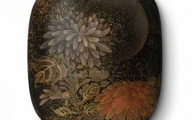 Chrysanten voor de volle maan, symbool voor de negende maand -Japanse inro lakmuseum Münster